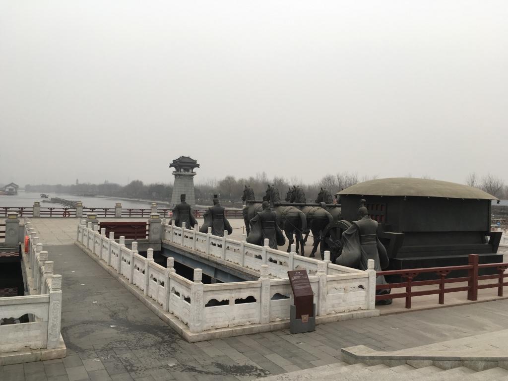 汉武大帝雕像前面的马车