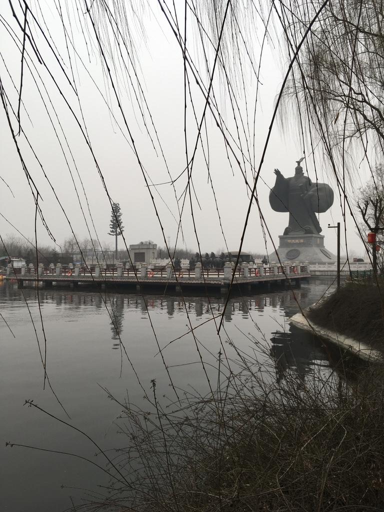 在远远的地方就能看到汉武大帝的雕像