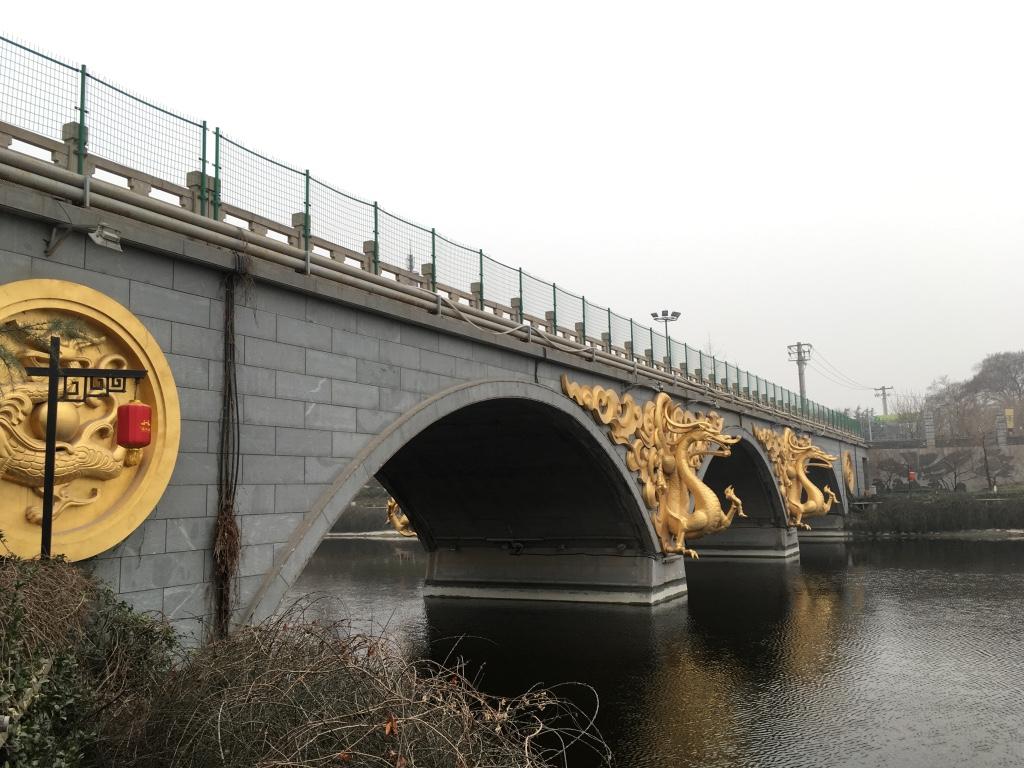 桥上很现代化的金色浮雕