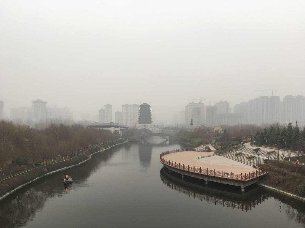在桥上放眼整个汉城湖