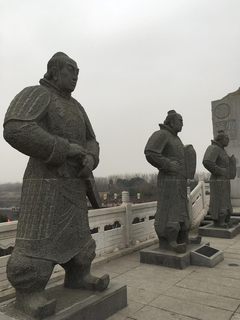 三个威武的石头人