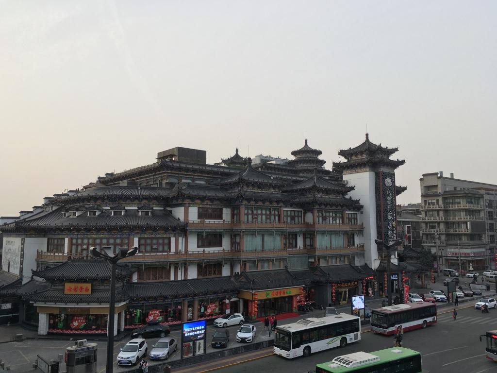 在西安城墙上往外面看的景象1