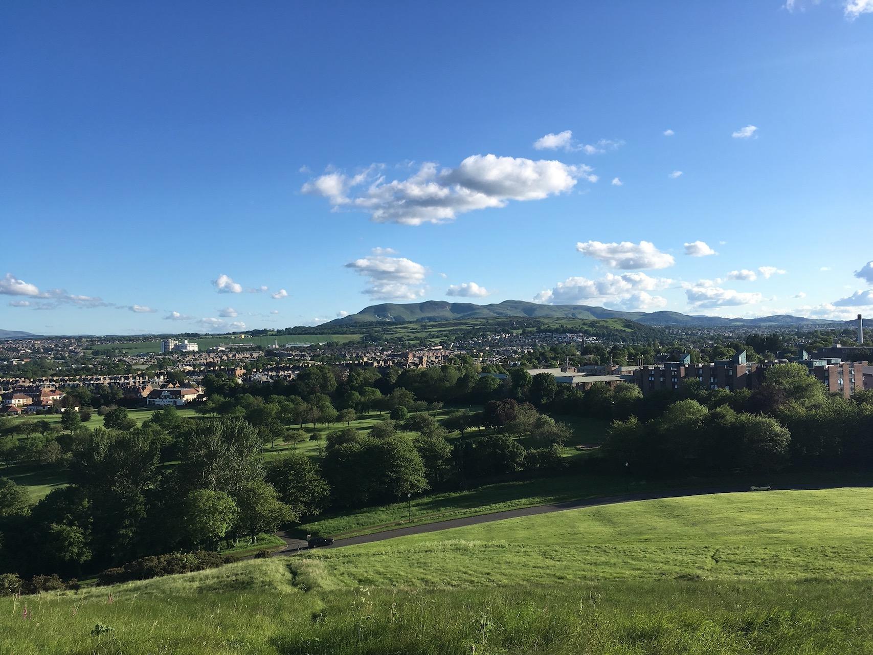 在Holyrood park环山路往宿舍的方向看,远处的山就是Pentland Hills