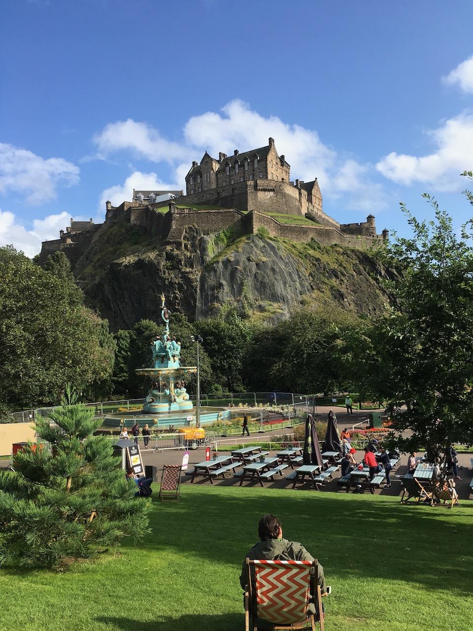 坐在Princes Street Garden欣赏Edinburgh Castle