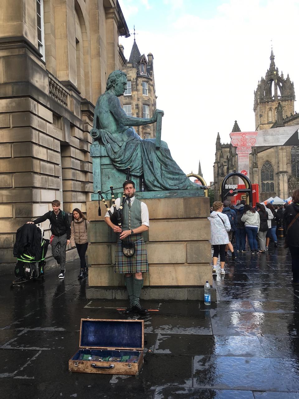 标志性的苏格兰风笛,英文名叫做pipe,吹pipe的人叫做piper。大街上总能找到穿着苏格兰裙的大叔在演奏苏格兰风笛,花£1可以合影
