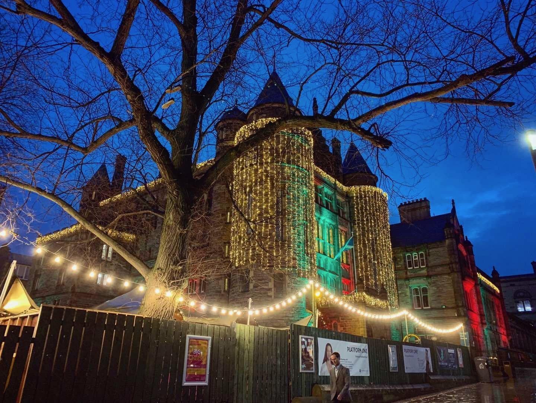 【盗】11月17日是圣诞亮灯仪式(Light Night),之后街道、建筑就穿上了华丽的灯光外衣。此图为Teviot Row House