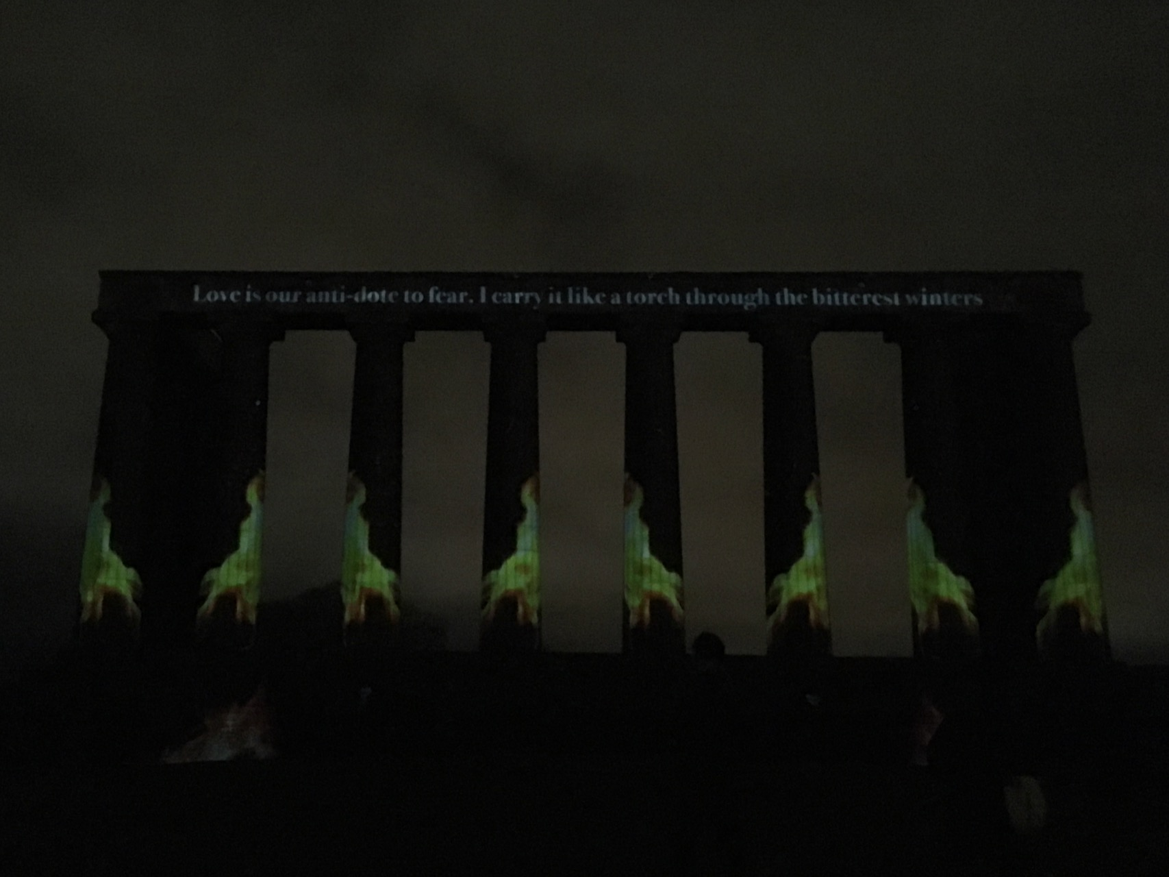 一月的Message from the Skies也是新年活动的一部分,会在不同的建筑上用灯光投射一些关于苏格兰的美文