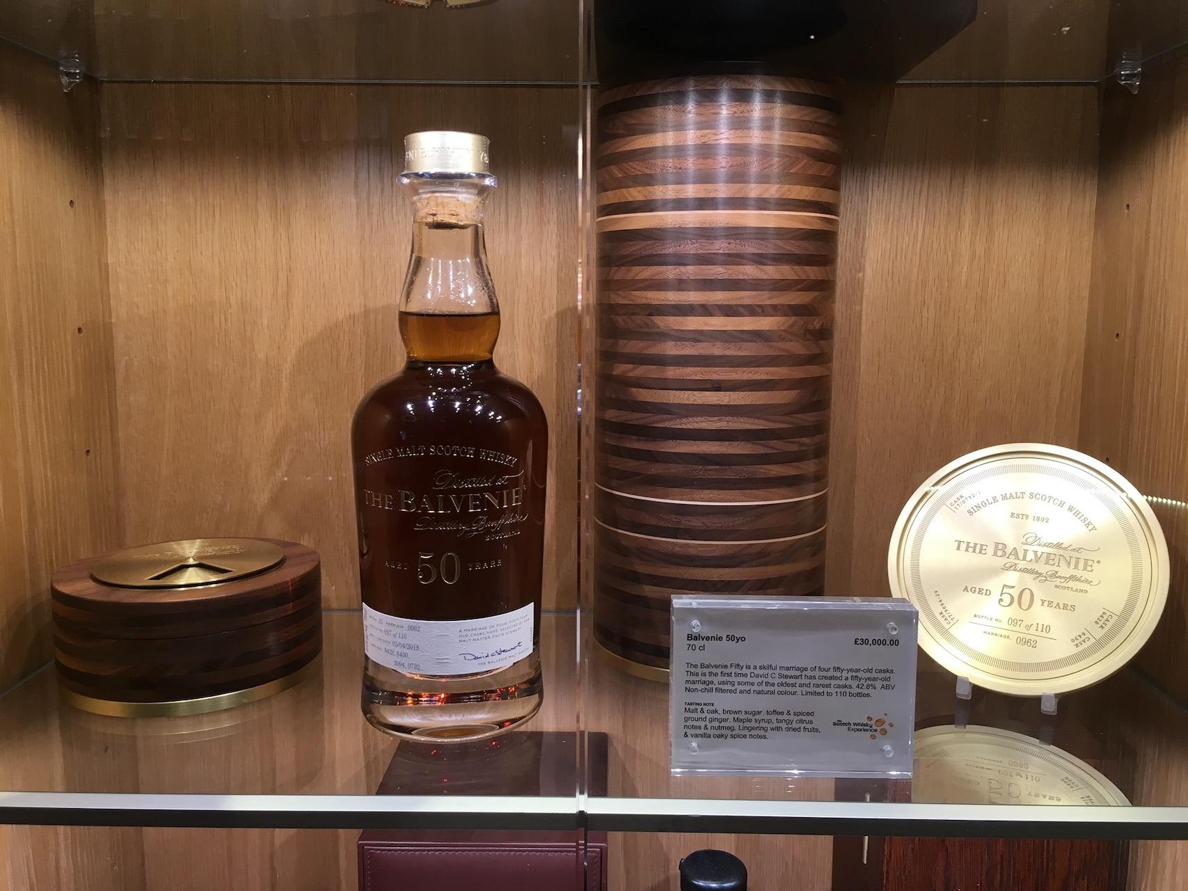 苏格兰威士忌很出名,根据地区不同可以分成好多种。这瓶在The Scotch Whisky Experience 展出的半个世纪的百富售价3万胖子。