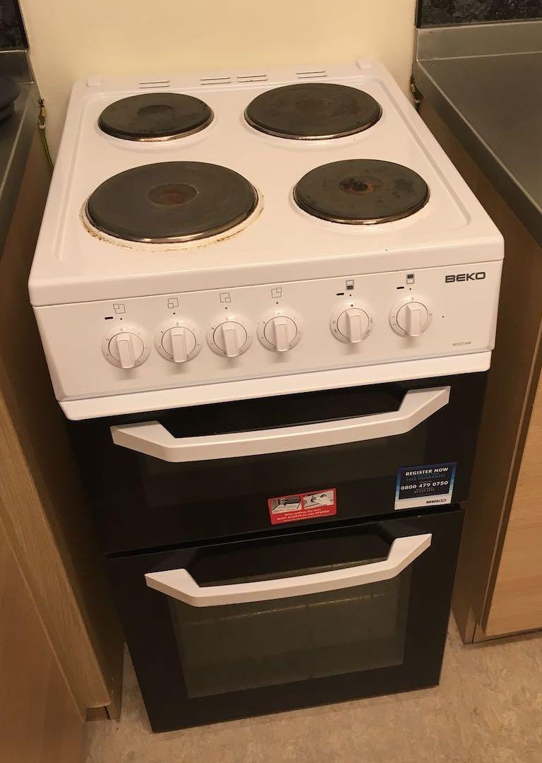 上面是电炉可以炒菜,下面依次是grill和oven;自从我去了英国之后我就爱上了烤箱,又方便又健康