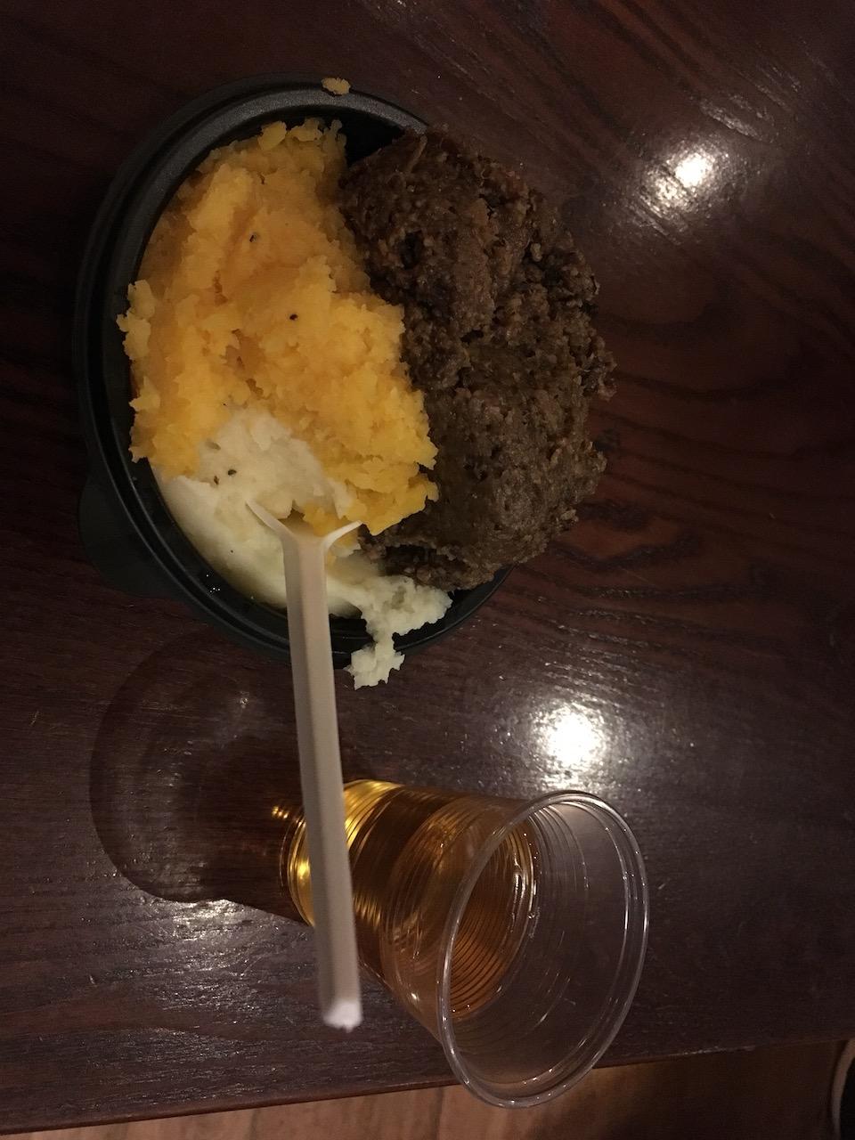 深色的那个就是苏格兰的国菜:haggis。大家不要激动,这是学校迎新活动免费提供给大家品尝的,所以很简陋。其实味道挺好哒,但很多人觉得它比较油。