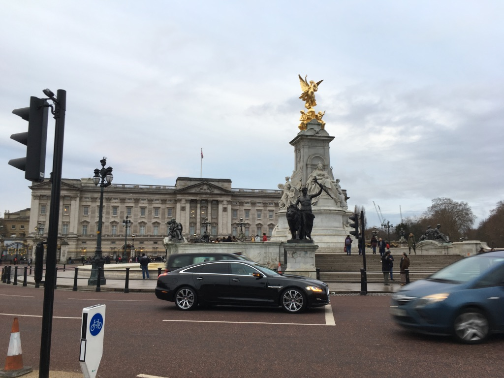 白金汉宫门口是维多利亚女王纪念碑