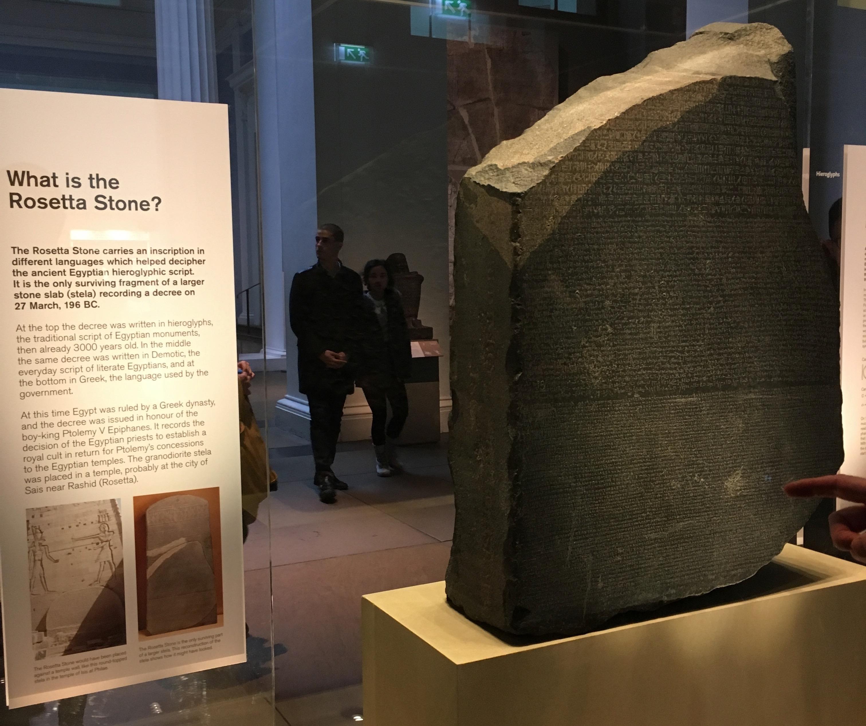 镇馆之宝罗塞塔石碑(Rosetta Stone,196 BC),上面刻有同一段诏书的三种语言版本:古埃及象形文、埃及草书和古希腊文,这是解码早已失传的古埃及文字的关键。这块大石头最开始由拿破仑的大军占领埃及时于1799挖出来,后来法军被英军打败投降,英方将它运回伦敦