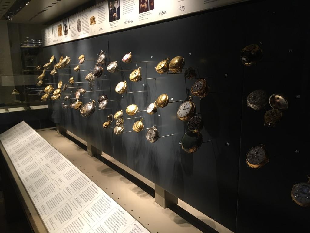 有一个room里面专门收藏了各种精美的钟表,其中就包括这些精美的怀表