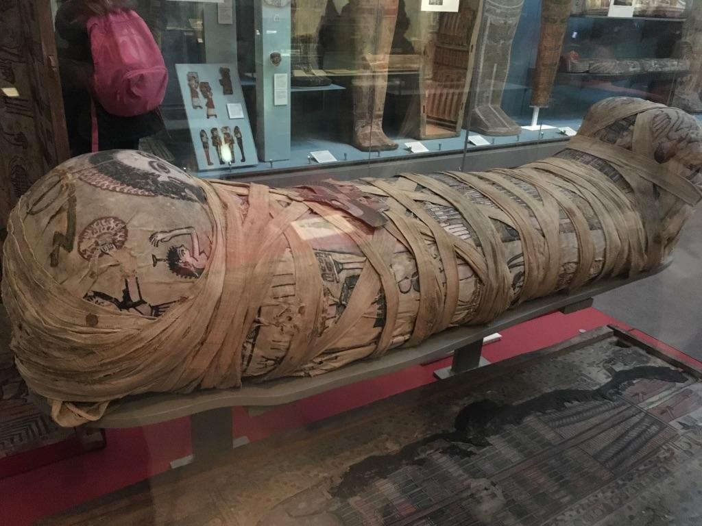 木乃伊(cleopatra: the mummy of a young woman),大英博物馆最大的看点可能就是埃及木乃伊了,如果时间紧迫,直奔room 62-62,这里藏有120件人的木乃伊以及300件动物的木乃伊,比如猫阿狗啊什么的。木乃伊一般都没有拆封,而是通过X光或CT扫描确定真假