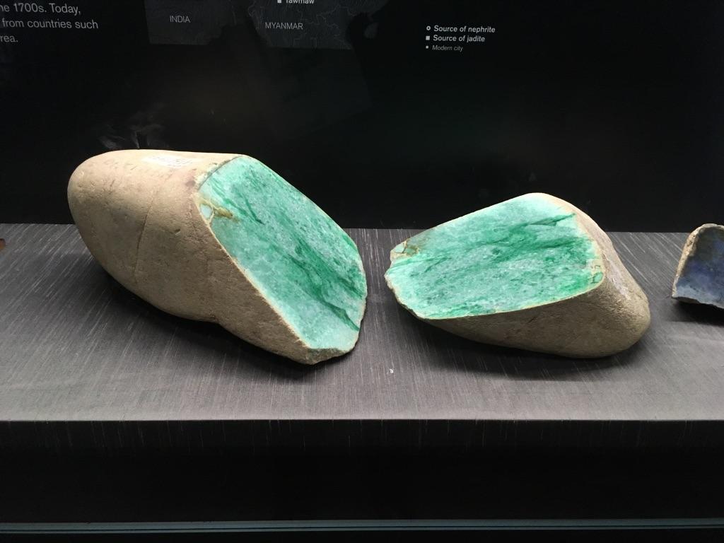 一块漂亮的玉石,还有很多来自中国的精美玉器