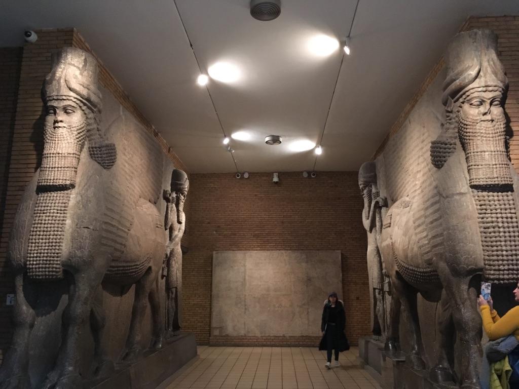 牛身人头石雕(colossal human-headed winged bulls),从这里进去就能看到很多亚述国王猎师的精美浮雕。亚述帝国是位于两河流域介于古巴比伦和新巴比伦之间的一个朝代,935BC—612BC