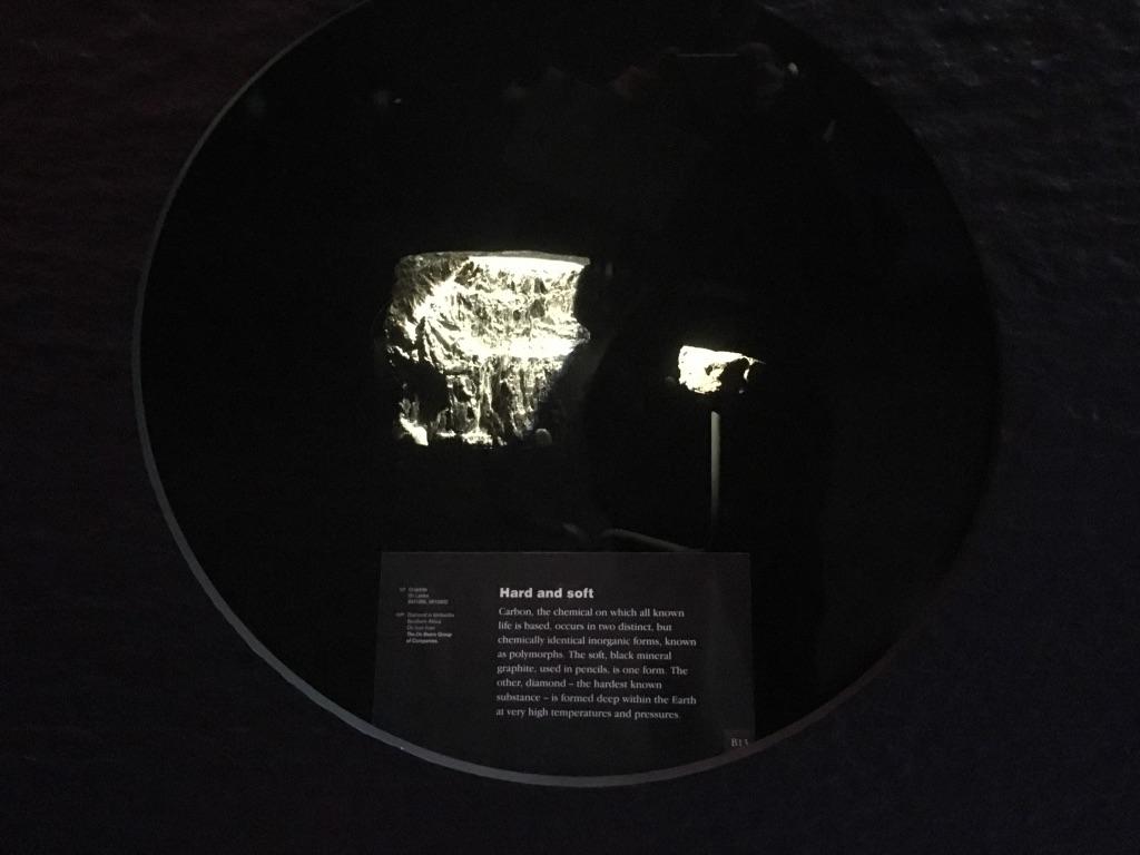 左边是石墨,右边有一颗很小的钻石,照片里看不出来