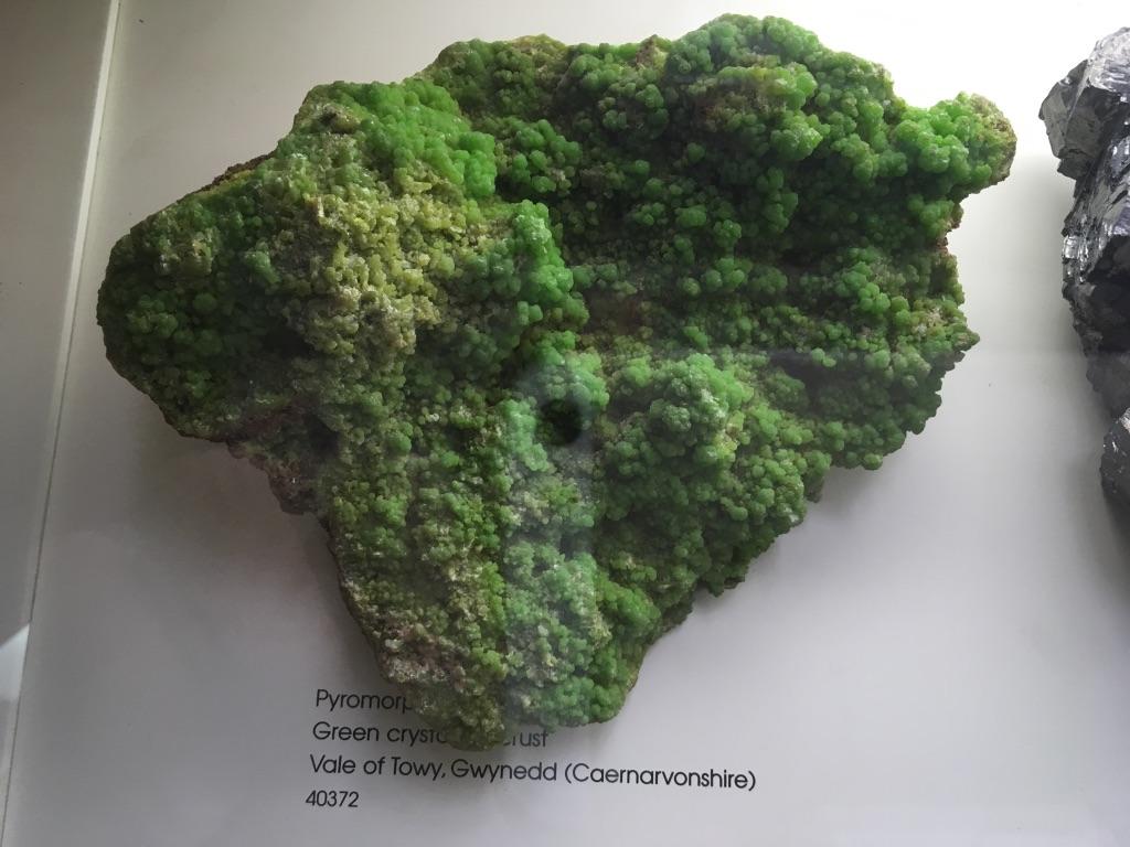 一块非常漂亮的绿水晶,在这里细到每一块石头都有一个编号,可以通过官网查询到详细的资料,甚至可以引用