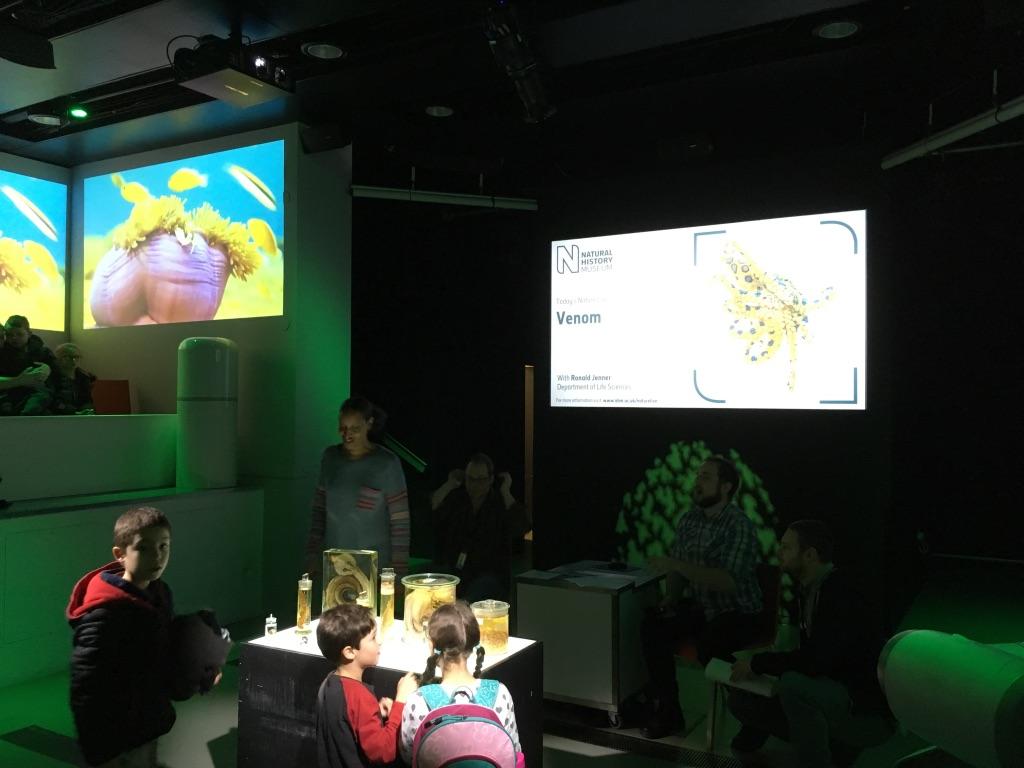 在达尔文中心的Attenborough Studio可以免费听讲座,我去的那天的主题是毒液