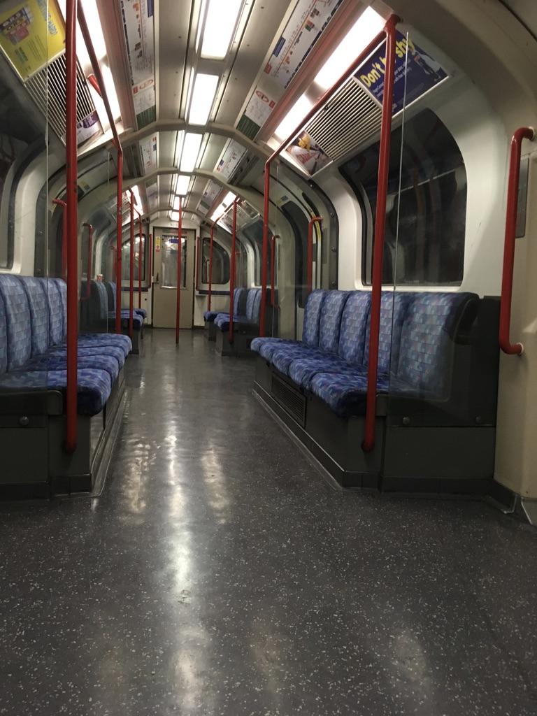 伦敦的地铁很旧,连护栏都没有。每条线路有自己的名字,比如victoria,不像北京地铁用数字编号。最奇葩的是一条线路可以有分叉,需要花很多时间才能看懂。这是大早上空无一人的地铁车厢(好吧,至少有我在)