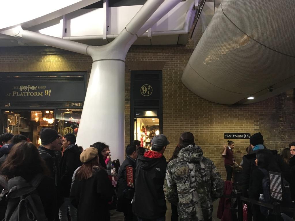 九又四分之三站台和哈利波特纪念品店,粉丝们排起长长的队伍等待拍照留念