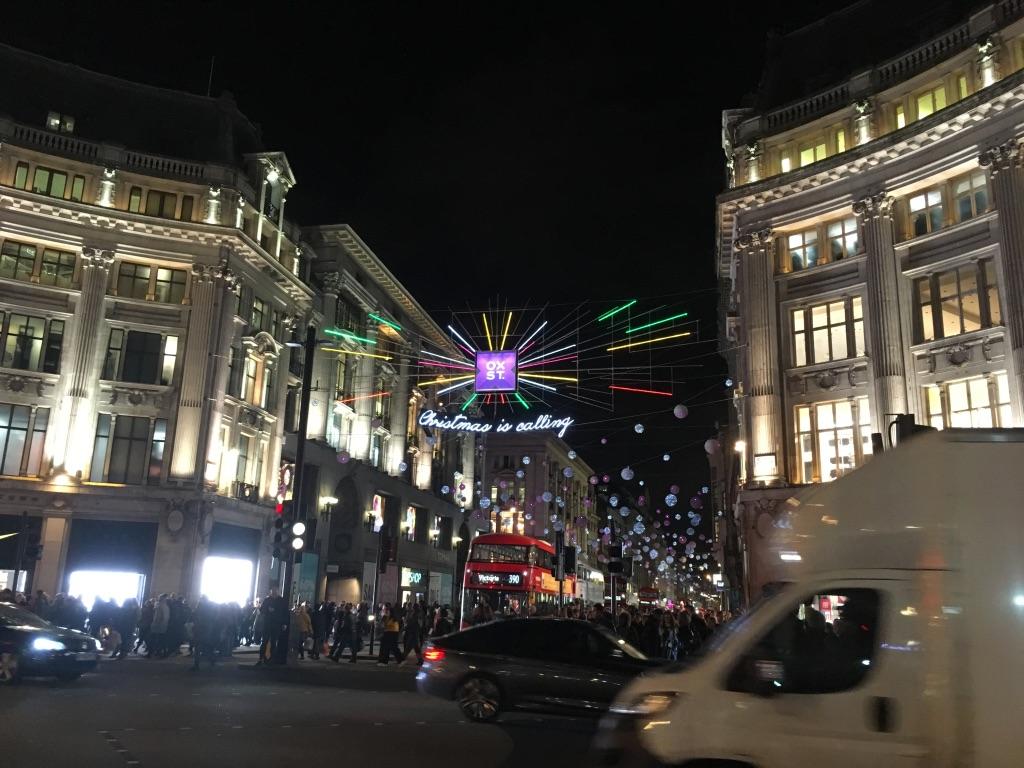 """牛津街(Oxford street)是英国第一购物街,集中了来自全球的大众化品牌,比如优衣库、H&M等。英国伦敦牛津街、美国纽约第五大道、法国巴黎香榭丽舍大街,并称为""""世界三大最具魅力的街道"""""""