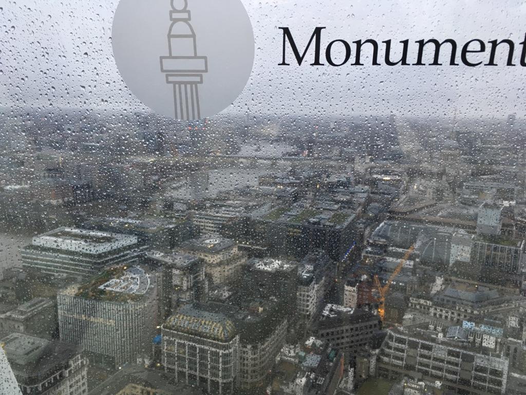 我去的那天下着雨,玻璃上有远处建筑物的名称
