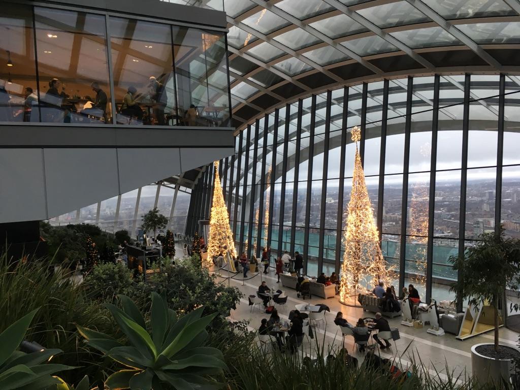 空中花园包括35-37一共3层,除了花园外还有餐厅,座位需要预定,去得早也不能乱坐
