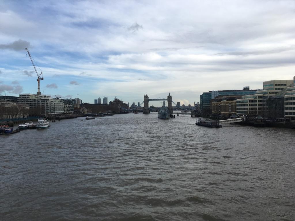 站在伦敦桥上拍的,塔桥左边就是伦敦塔