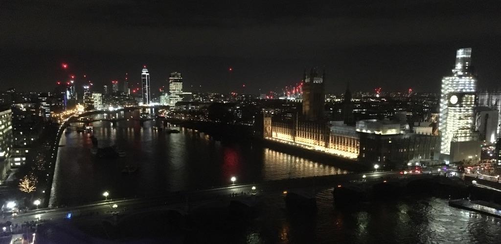 在伦敦眼上俯瞰泰晤士河周边的美景,玻璃反光严重,肉眼看特别棒