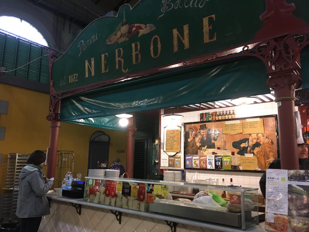 佛罗伦萨的代表小食 牛肚包 (Panino con lampredotto),推荐美食里的No.1,穷游上推荐的这家百年老店nerbone位于中央市场,只在上午营业。早上10点多到了佛,我下了火车直奔这里买了一个牛肚包当早餐