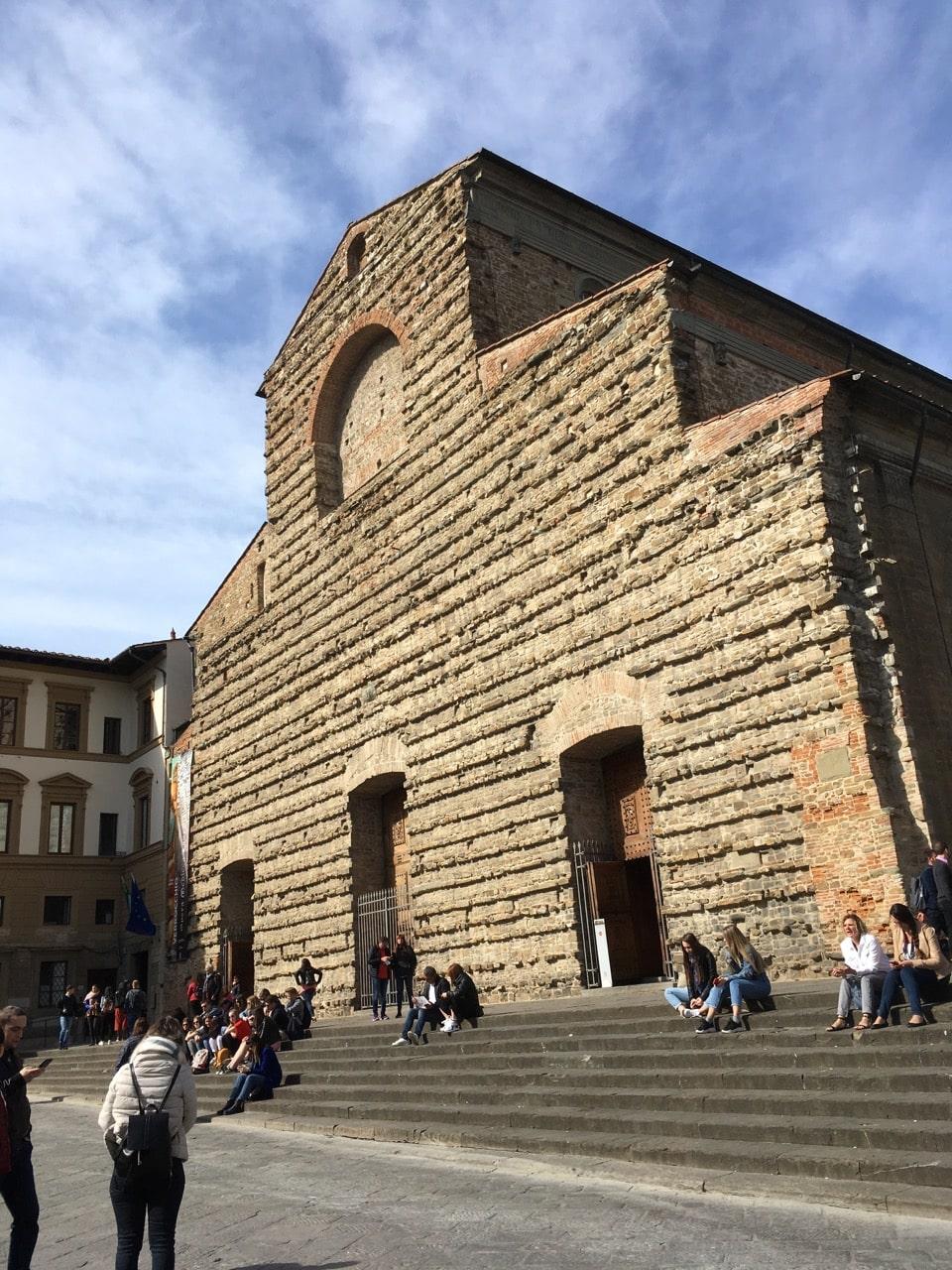 从中央市场走几步路就到了圣劳伦佐大教堂(Basilica di San Lorenzo),最早建于公元393年,是佛的第一座教堂。1418年,建筑师菲利波·布鲁内莱斯重建。我就坐在这里的石阶上享受太阳和美食