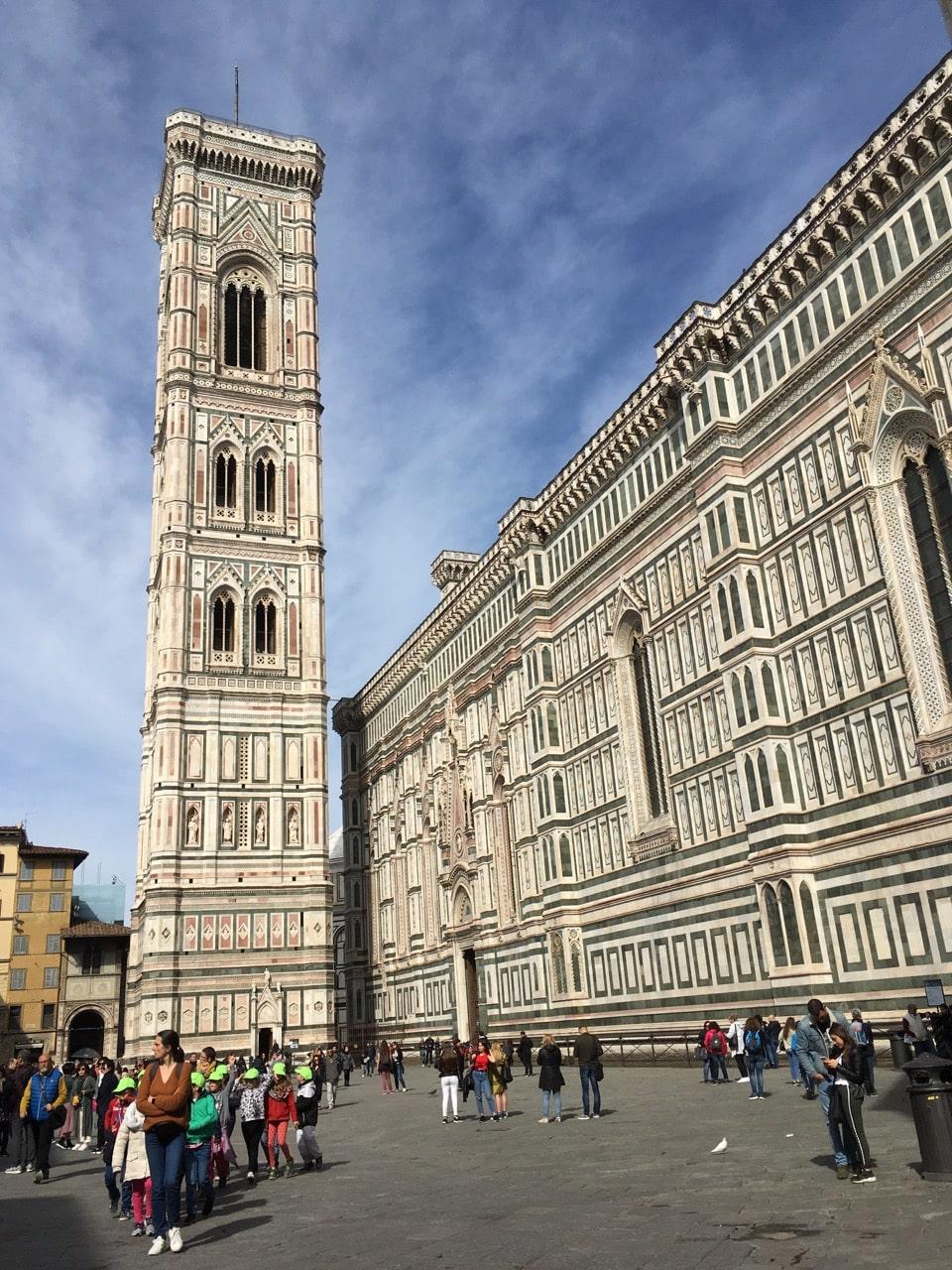 """紧邻圣母百花大教堂的乔托钟楼(Giotto's Campanile),由""""西方绘画之父""""乔托设计,登顶需要买票"""