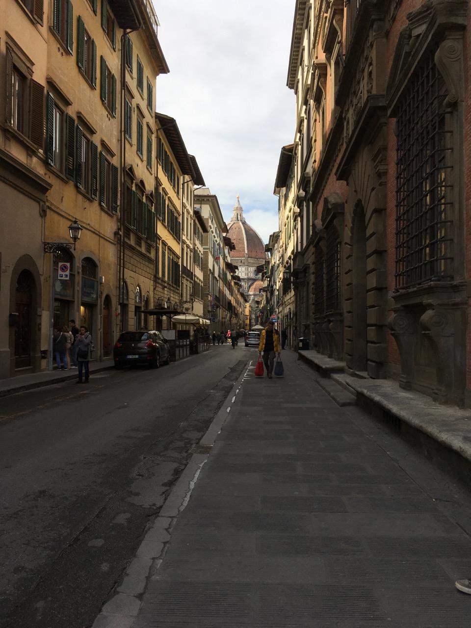 从巷子里看大教堂的穹顶