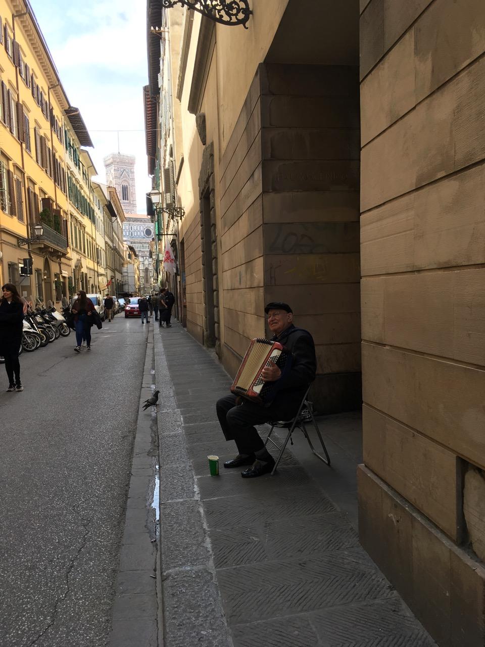 街头拉手风琴的老人