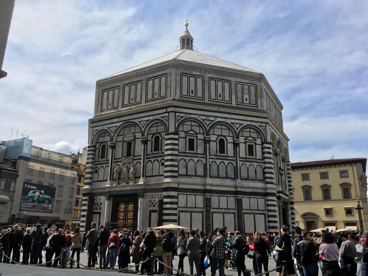 圣母百花大教堂对面的八角形洗礼堂