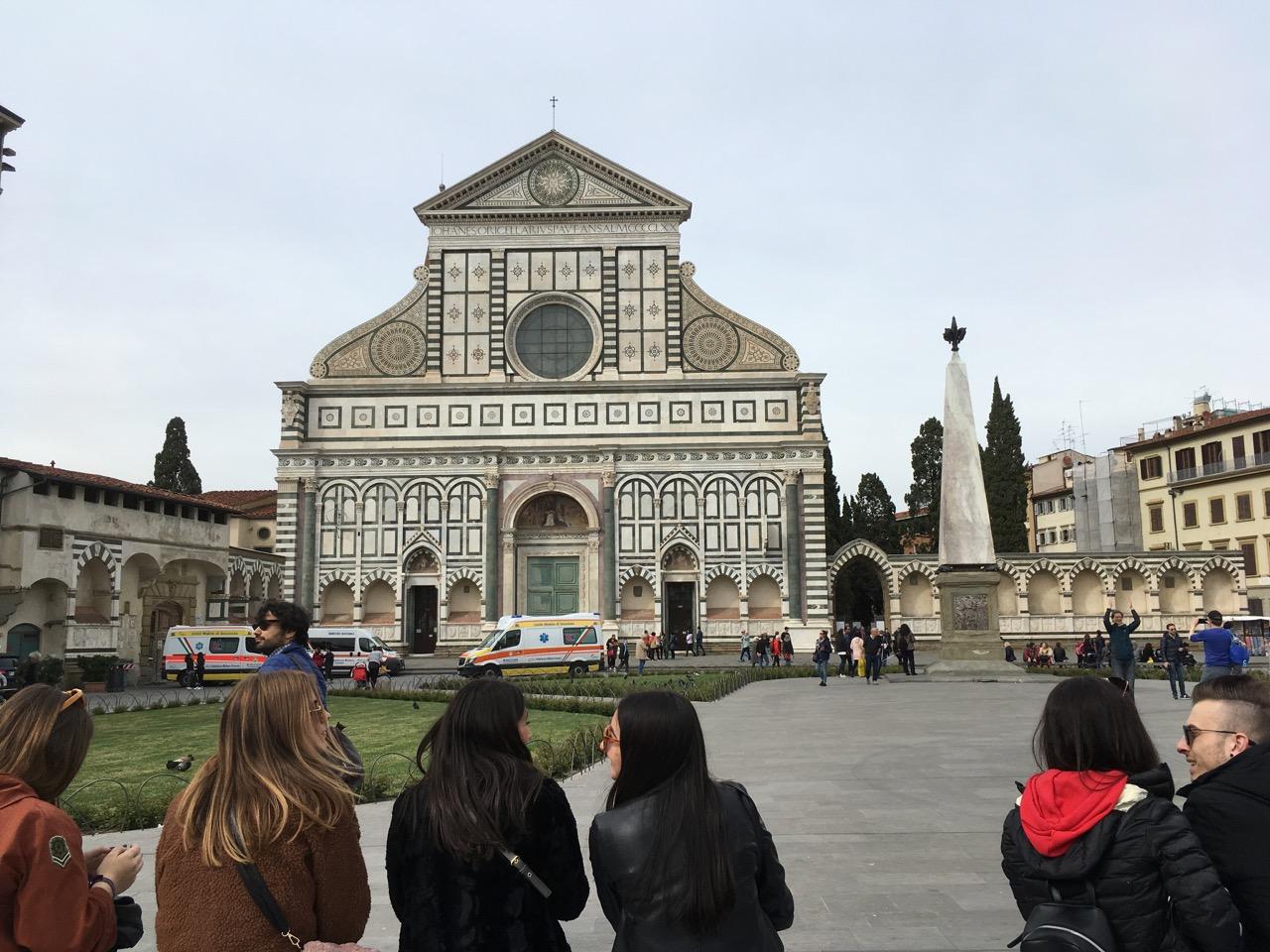 位于火车站旁的新圣母玛利亚大教堂(Basilica of Santa Maria Novella),火车站名因此叫做S.M.Novella