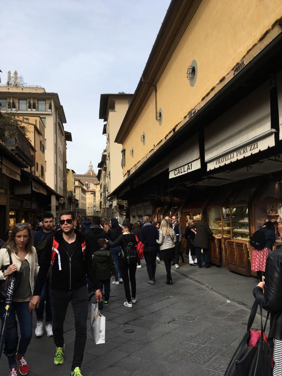 桥上跟步行街类似,两旁是古色古香的店铺