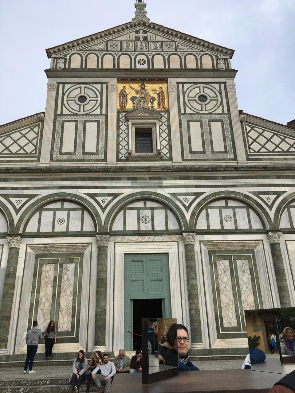 广场附近的一个教堂