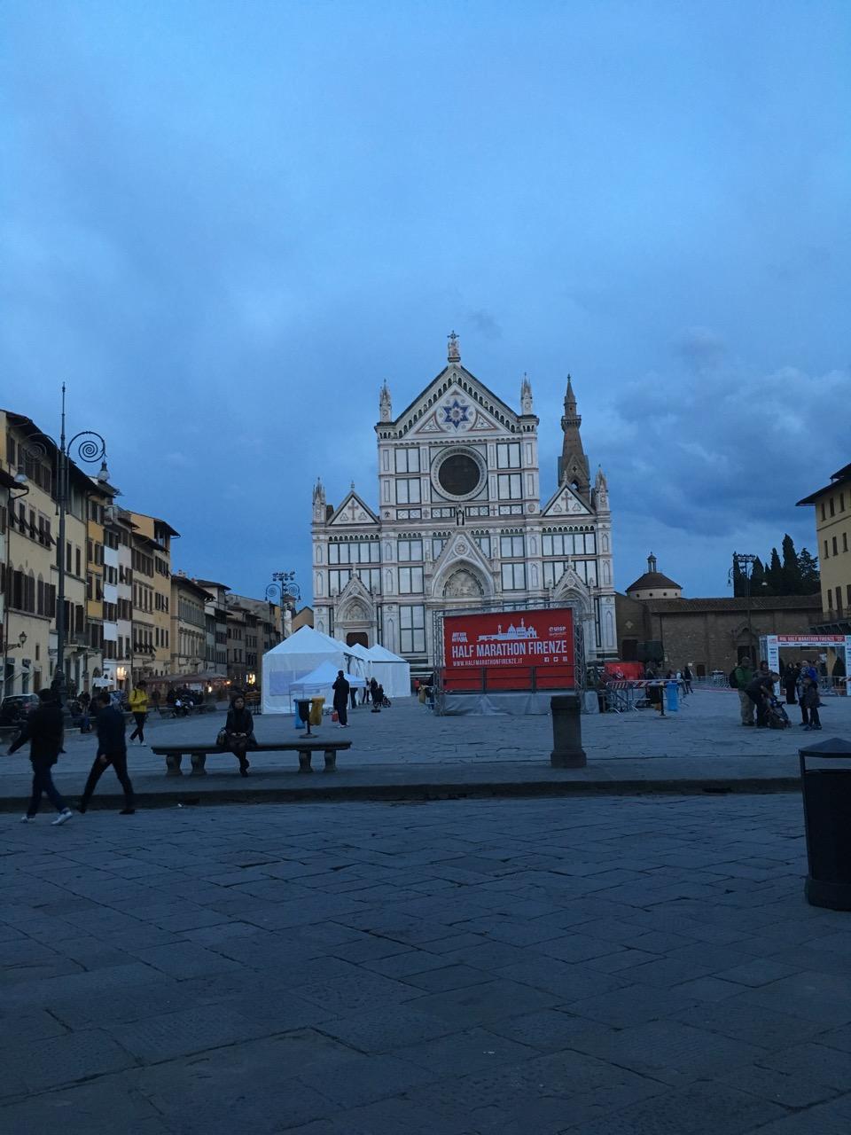 经过圣十字教堂(Basilica of Santa Croce),安葬了意大利的很多名人:但丁、伽利略、米开朗基罗、马基雅维利、马可尼等。第二天有马拉松比赛