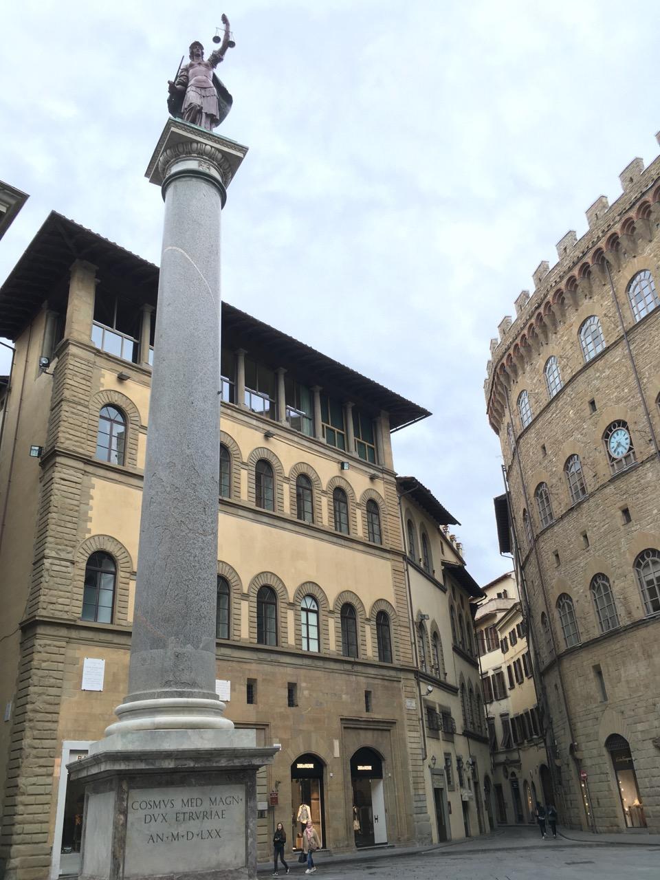 到处都是雕塑,这个在去乌菲兹美术馆的路上遇到的,叫做正义之柱(Column of Justice),位于圣三广场上(Piazza Santa Trinita)