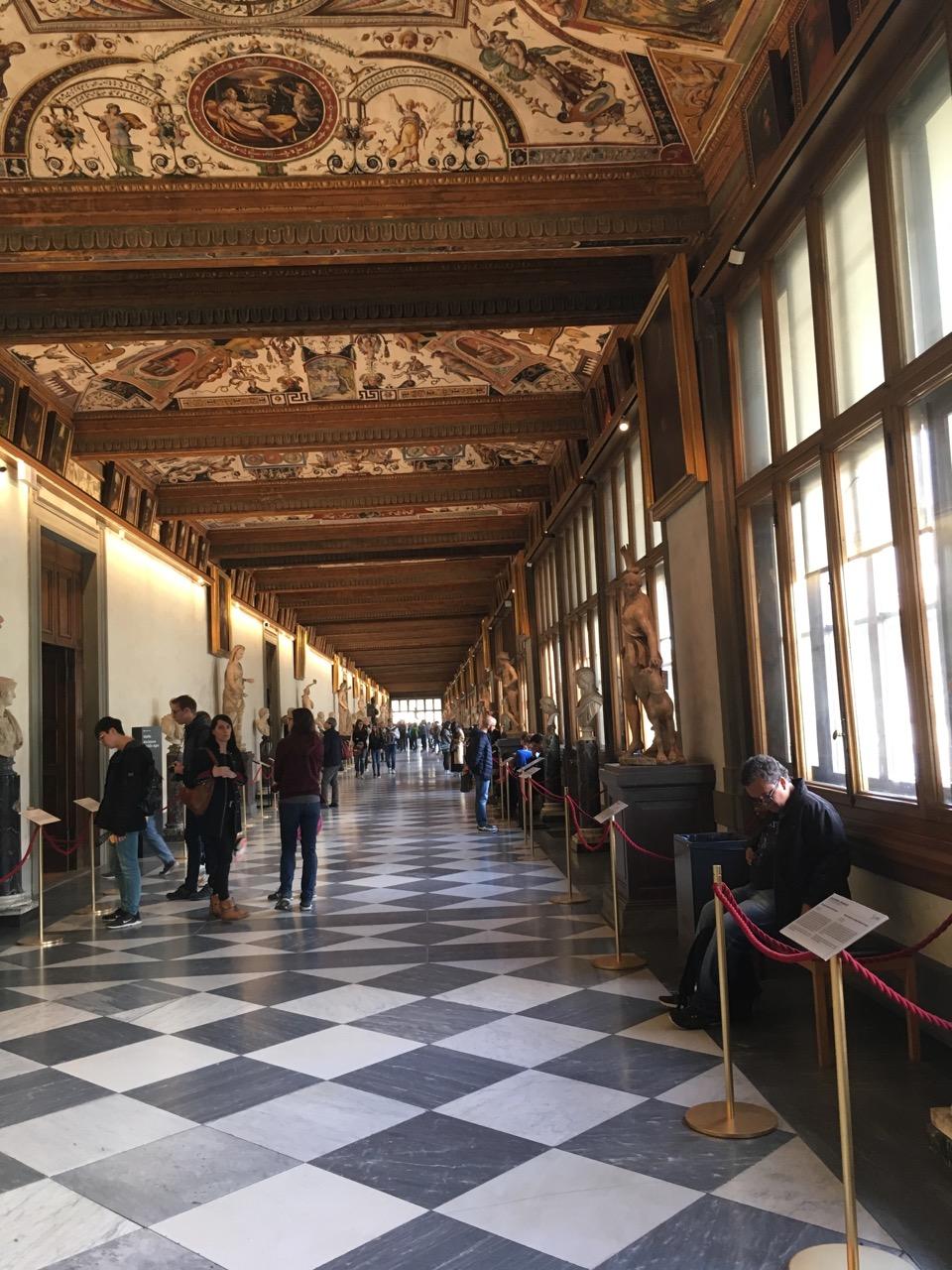 有好几层,这是开始的地方,一个走廊,两侧各种画和雕像