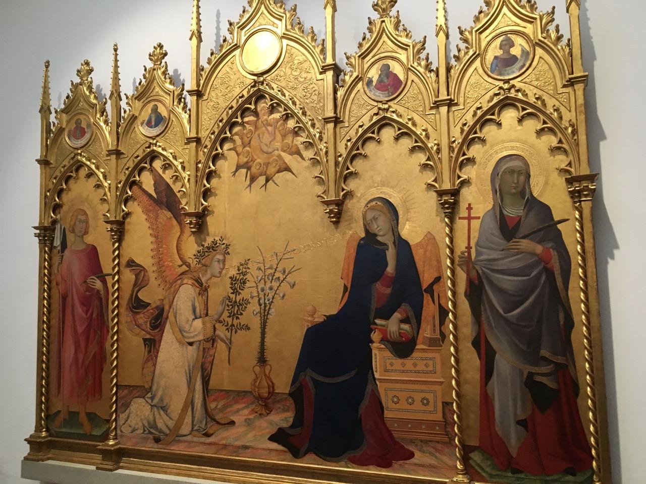 按照标识,一个一个展览室参观,大量的宗教画,特别艳丽,跟中国的水墨画比,完全是另一个极端