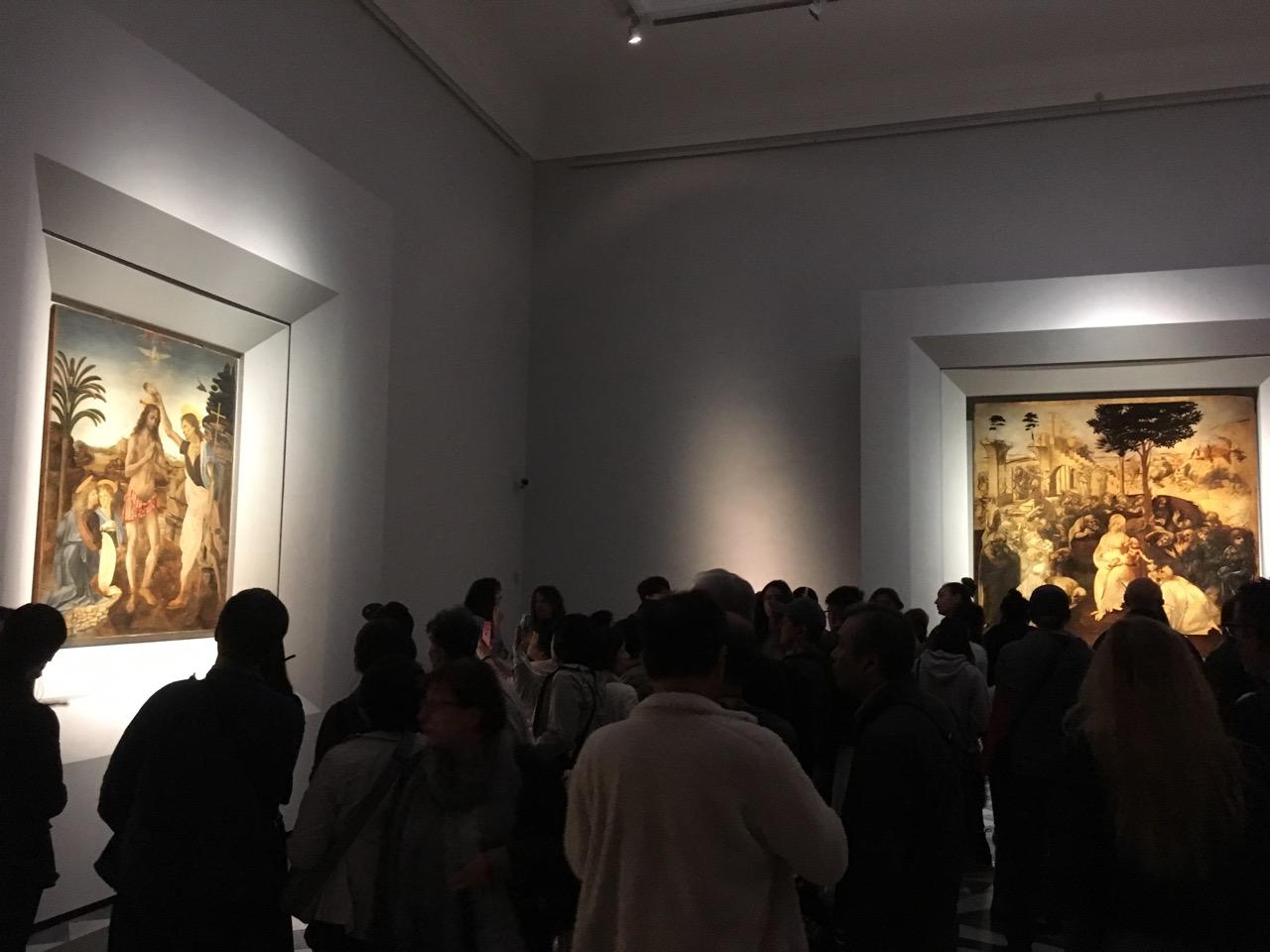 达芬奇画室内只有三幅画,但是人很多