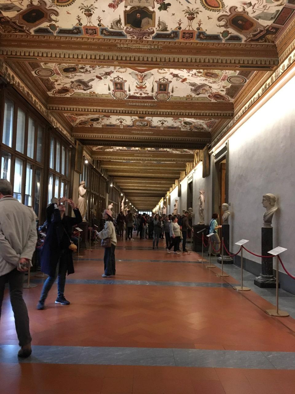 走廊,顶上是精美的壁画