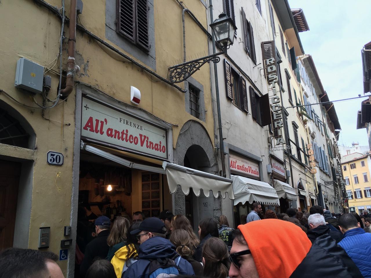 靠近乌菲兹美术馆的一家网红小吃店,叫做All' Antico Vinaio,卖帕尼尼三明治的,好多人买完了后拿着拍照