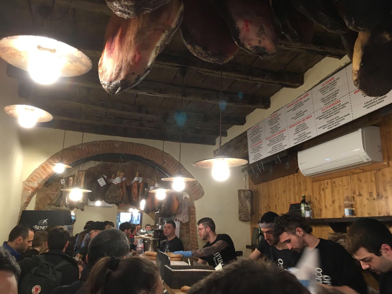 意大利的店铺基本都会挂很多火腿