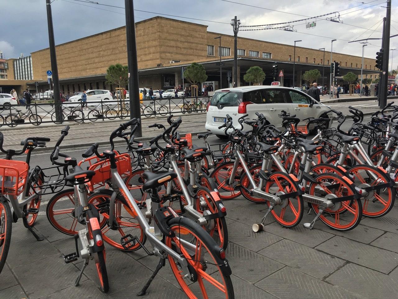 火车站边上一群摩拜自行车