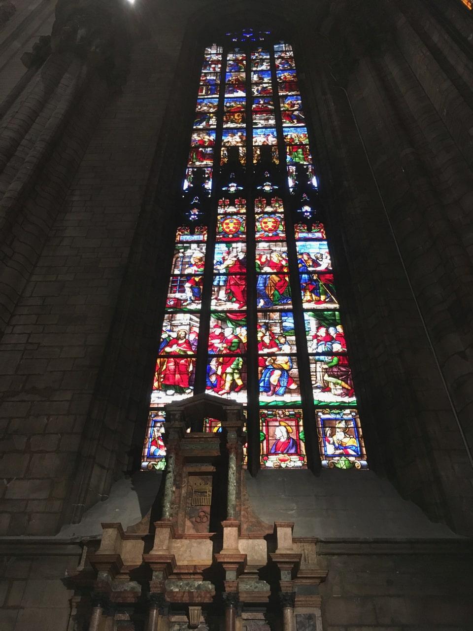 教堂里典型的彩色玻璃
