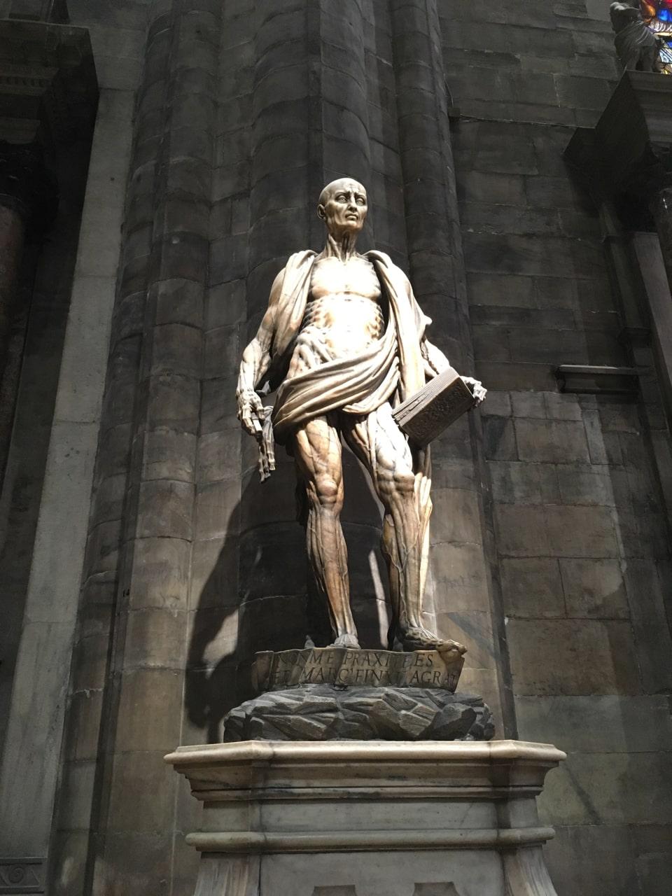 这尊看起来有点恐怖的大理石雕像描绘的是耶稣的十二使徒之一——圣巴多罗买手拿折叠好的自己人皮的情景。传说他在印度和亚美尼亚布道,与他的死亡和遗骨有关的故事都很可怖。他是被活活剥皮而殉教的。